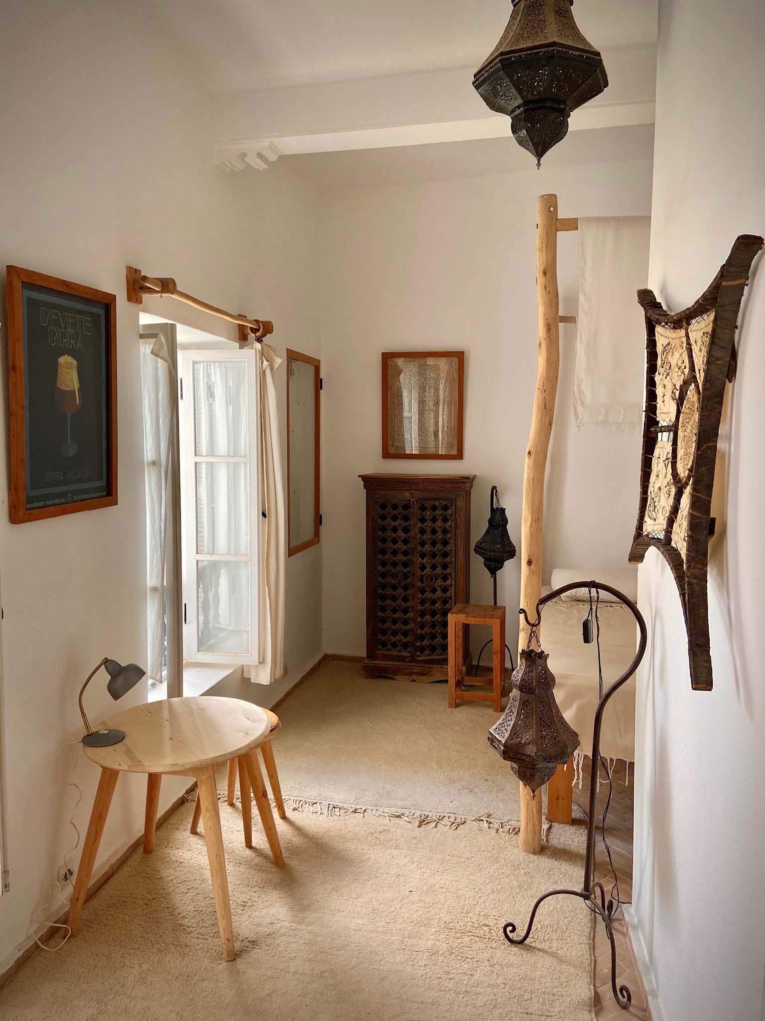 RIAD BALADIN ESSAOUIRA | Chambre Cannelle TABLEAUX LUSTRE TABOURET LIT DECO